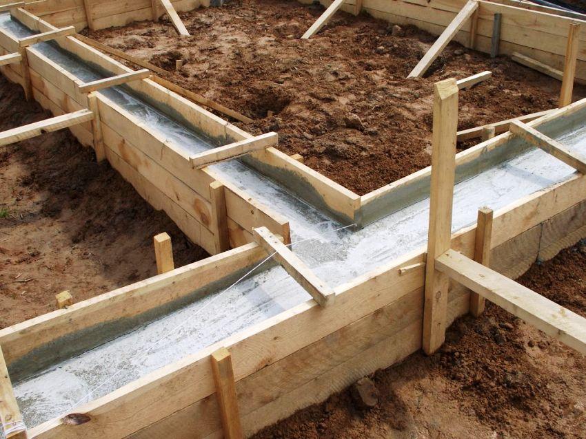 Закладка ленточного фундамента под деревяный дом с баней