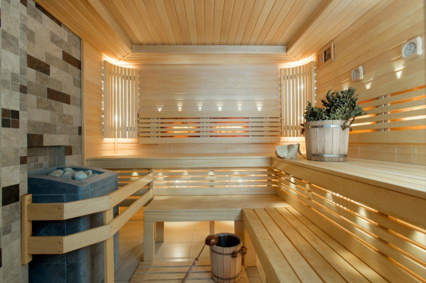 Отделка интерьера заключается в обшивке стен и потолочного перекрытия бани деревянной вагонкой