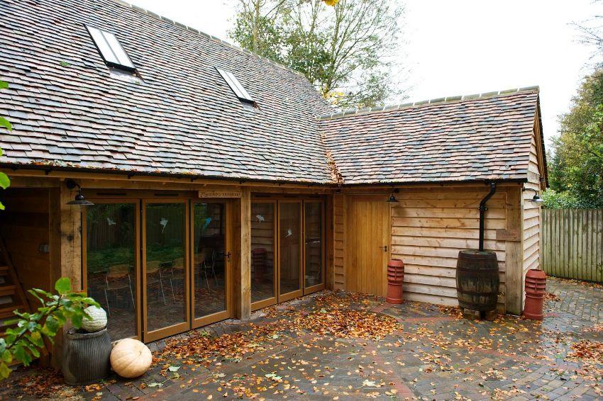 Когда баня и строение обладают общей стеной, это в значительной мере упрощает их соединение и переход из одного помещения в другое