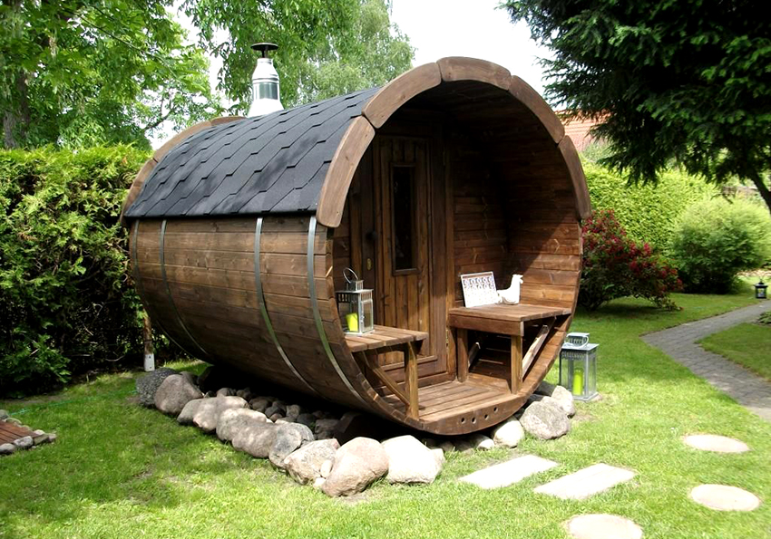 На небольшом участке будет оригинально смотреться баня в виде бочки