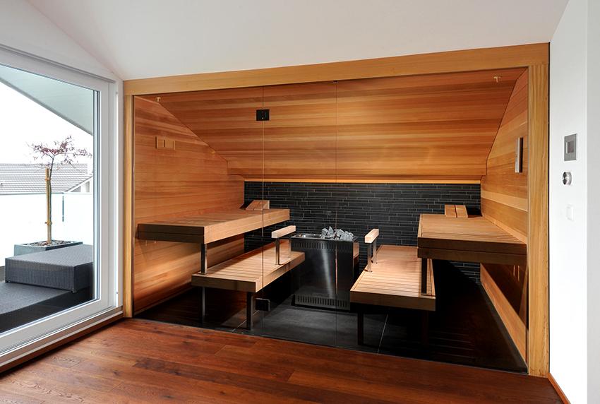 При разделении пространства можно использовать стеклянные перегородки вместо стен для экономии места