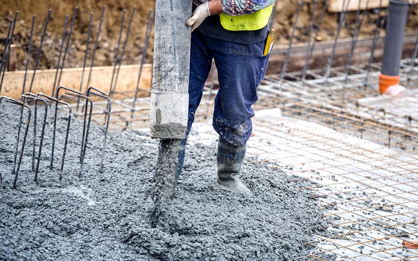 Для пола лучше использовать цемент марки М-400, рекомендуемая толщина заливки 10-15 см