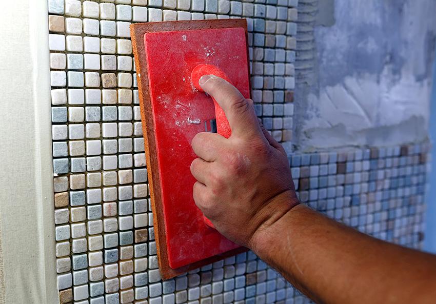 Для отделки бассейна можно использовать ПВХ-пленку, стеклянную мозаику или плитку