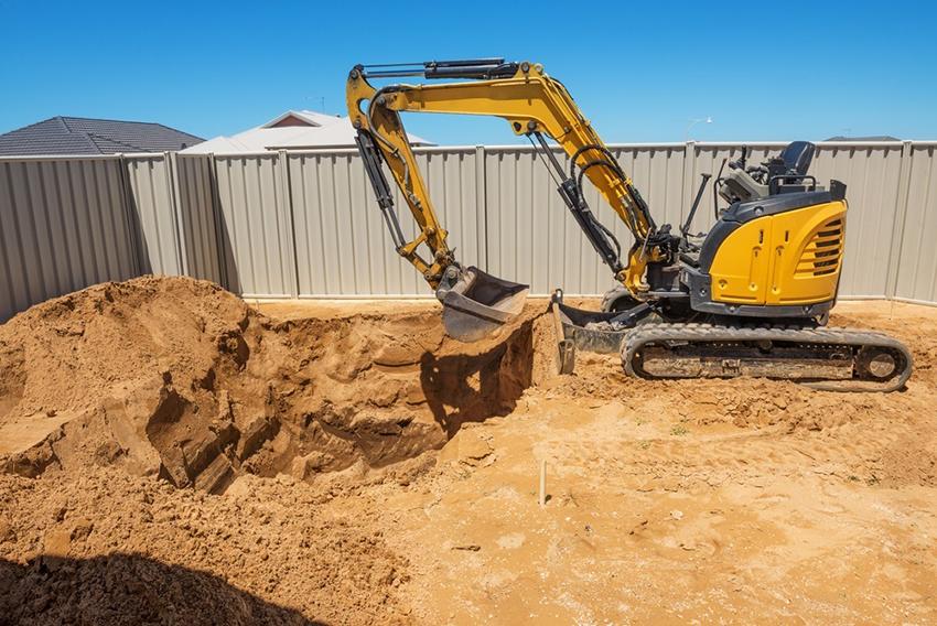 После разметки площадки под строительство можно приступать к рытью котлована для бассейна