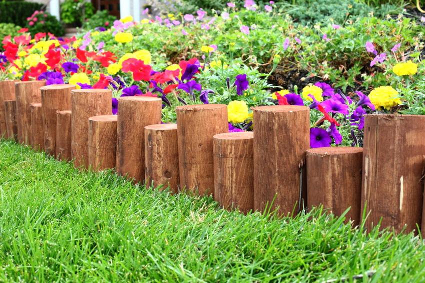 Дерево - довольно универсальный материал, из которого можно создавать интересные креативные варианты ограждений