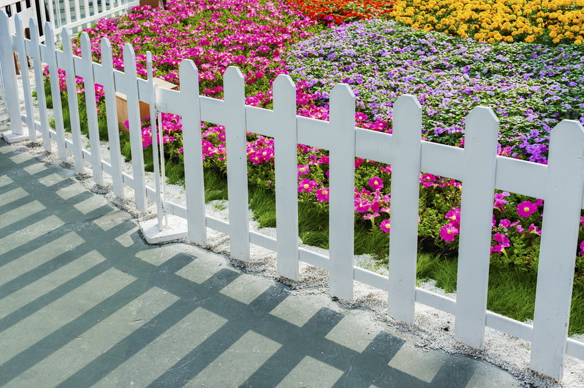 Простой и элегантный вариант декоративного заборчика - белый штакетник