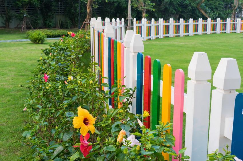 Яркий декоративный забор из пластика используют для ограждения детских игровых площадок