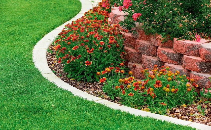 Создание клумбы из каменных блоков позволит сделать прочное и красивое сооружение