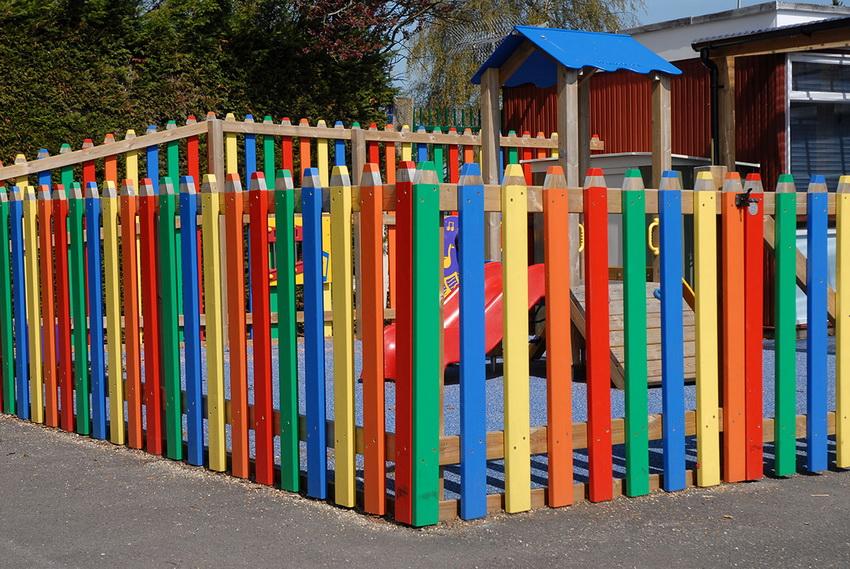 Ограждение детских площадок служит не только эстетической цели, но и необходимая мера безопасности
