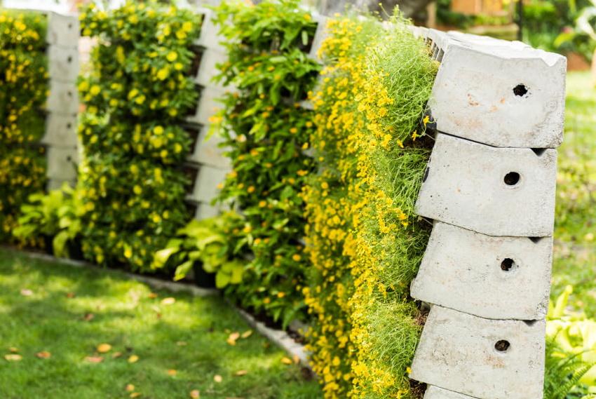 Некоторые варианты декоративных заграждений из бетона не потребуют значительных усилий для создания