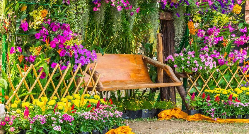 Также декоративная изгородь может прекрасно сочетаться с другими элементами сада