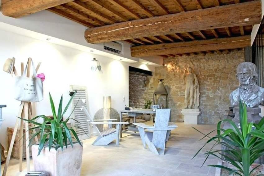 Потолок может стать самой необычной частью интерьера если его обшить деревянными массивными балками