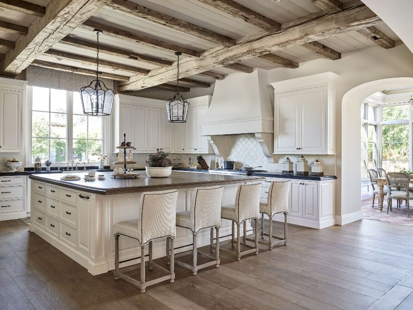 Открытые балки на потолке помогут создать неповторимый стиль деревенского дома, например, одно из направлений кантри