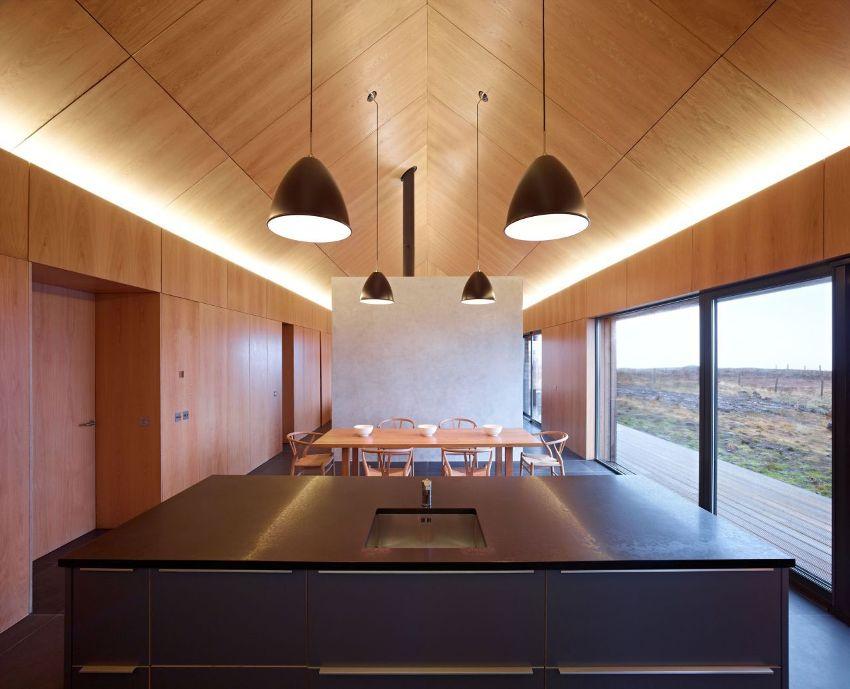 Фанера – недорогой и практичный материал, который целесообразно использовать для облицовки потолка