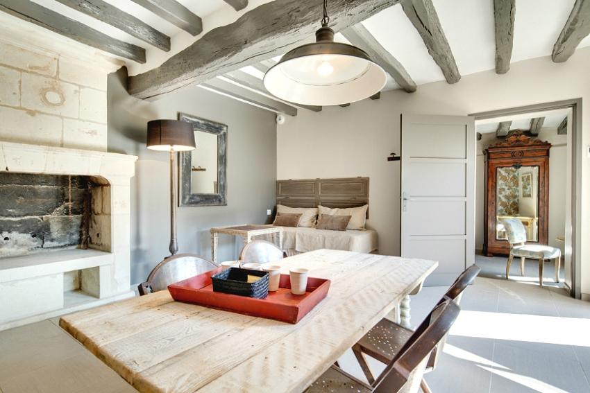 Для покрытия потолка лучше всего использовать средства, сохраняющие природный рельеф древесины