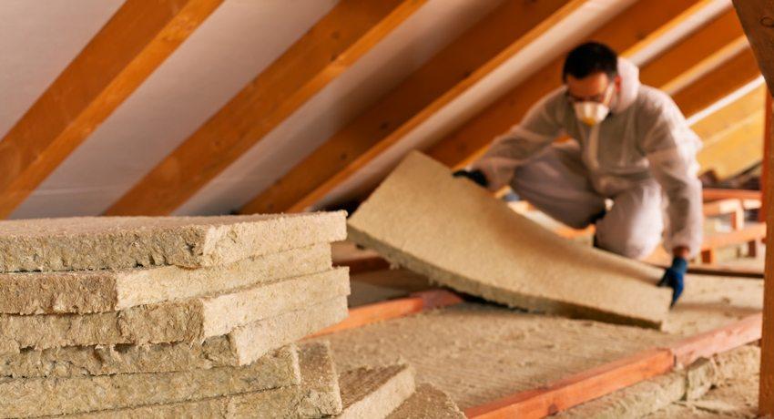 Чтобы обеспечить качественную шумоизоляцию потолка в доме с деревянными перекрытиями, лучше уложить прослойку минеральной ваты