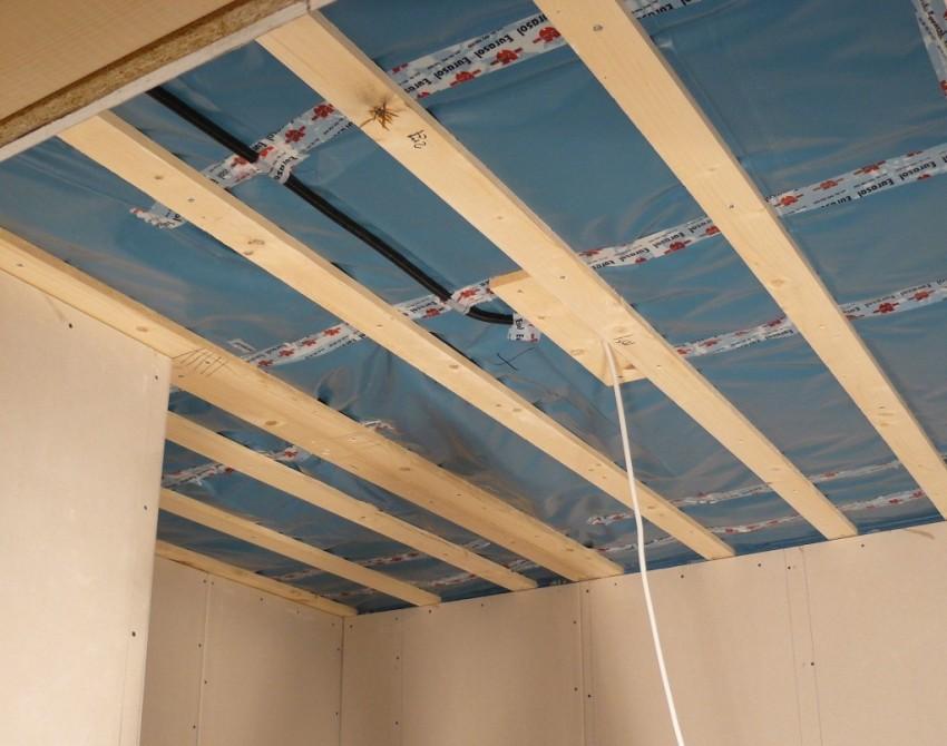 Сначало нужно сделать обрешетку для деревянного потолка