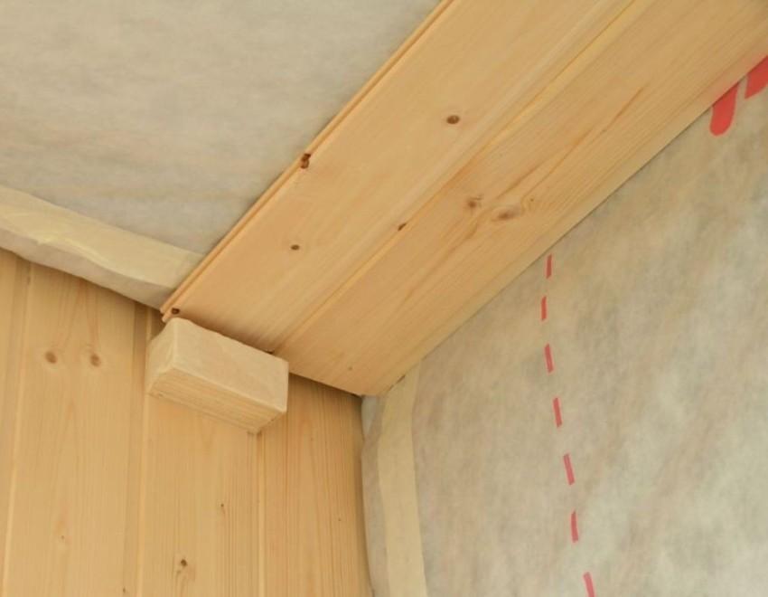 Когда каркас закреплен, а электропроводка зафиксирована, можно приступать к монтажу деревянных реек