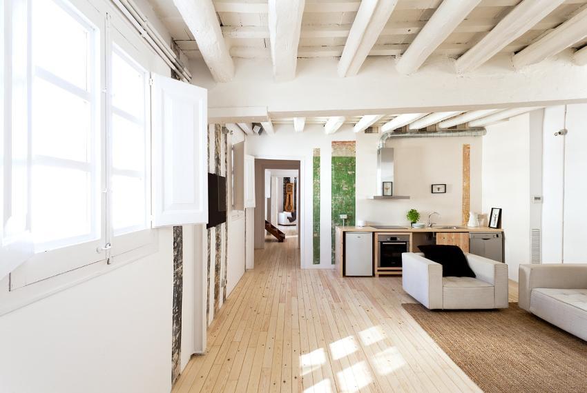 Деревянные потолки имеют свои особенности и представляют собой многослойные конструкции из балочных перекрытий и настила, собранного из досок