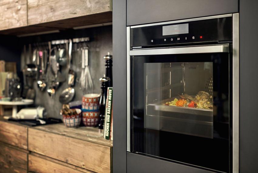 Если на кухне много техники, или небольшое помещение, лучше приобрести узкий духовой шкаф шириной 45 см