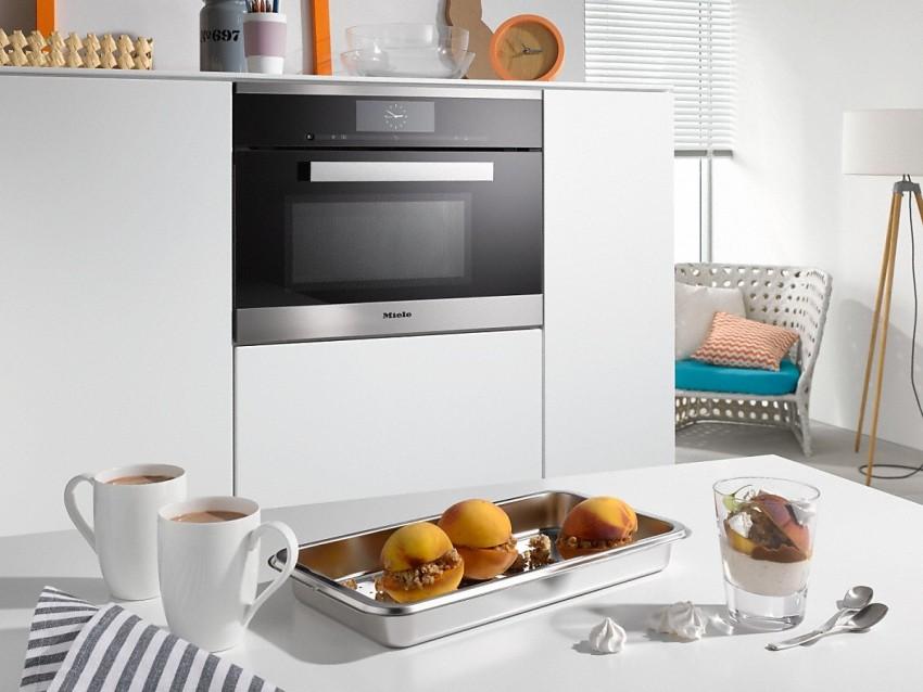 Духовка с функцией СВЧ совмещает в себе два достаточно габаритных устройства, поэтому ее выбирают с целью экономии кухонного пространства