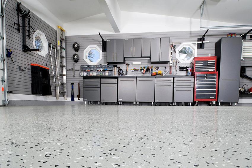 Материал напольного покрытия в гараже должен быть максимально прочным