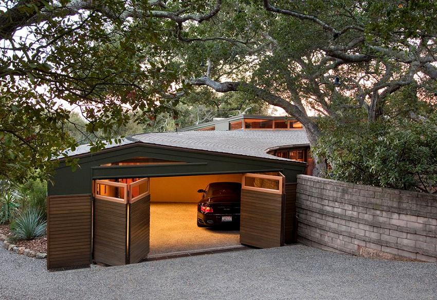 Главной особенностью встроенного гаража является то, что из него можно войти сразу в дом