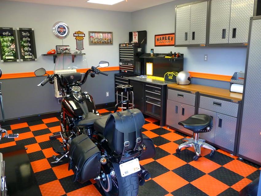 Мебель необходимо размещать по периметру гаража, чтобы было удобно ходить и работать