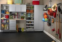 Разногабаритные полки и стеллажи функциональны и хорошо смотрятся в интерьере гаража