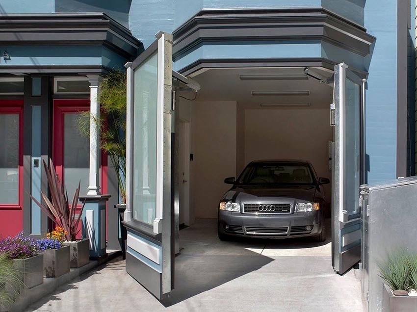 При выборе типа ворот необходимо учитывать способ открывания и размер свободного пространства перед гаражом
