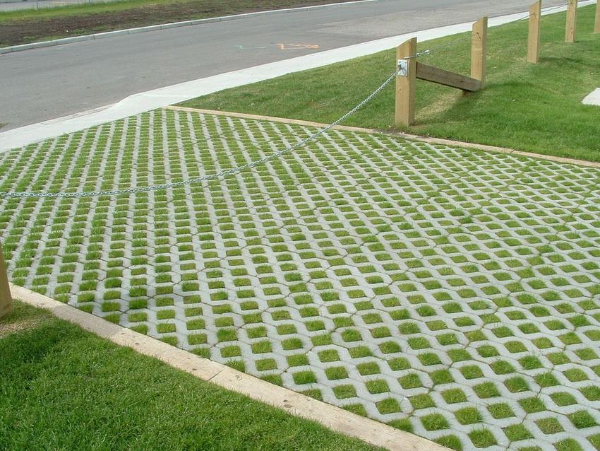 Бетонная газонная решетка отличается высокой прочностью и долговечностью
