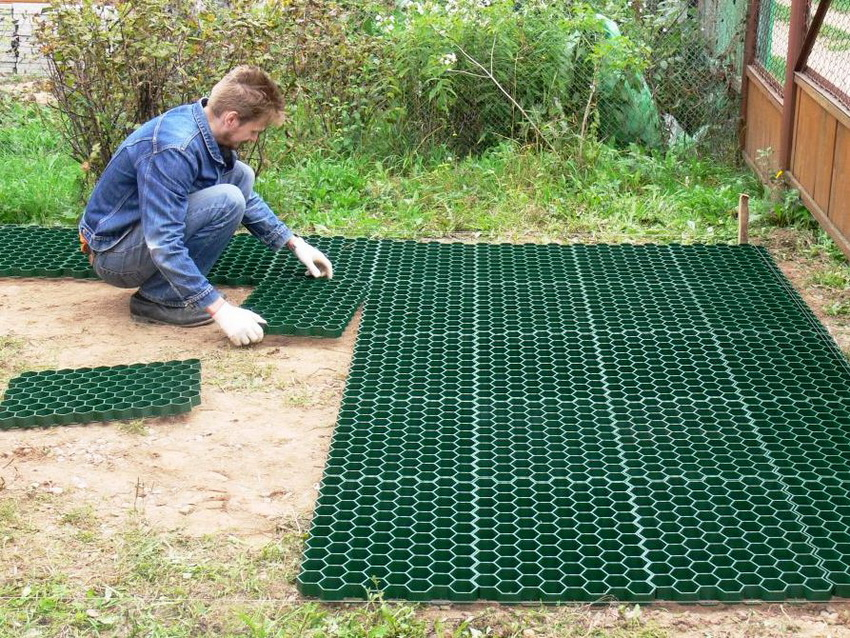 Монтировать газонную решетку необходимо на предварительно очищенной подготовленной поверхности