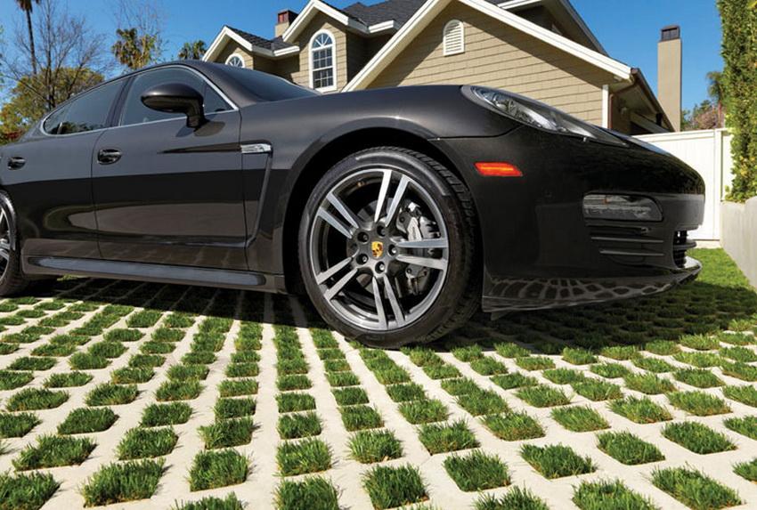 Использование газонных решеток для создания парковочных мест становится все более популярной тенденцией