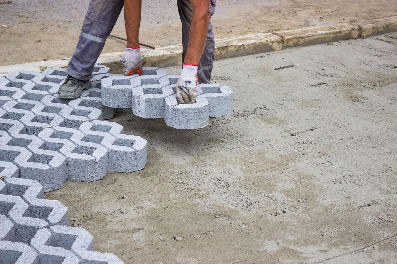 Площадка обустроенная при помощи газонной решетки не требует больших усилий по уходу в будущем