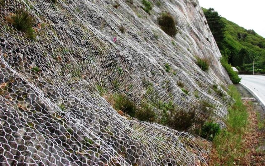 Георешетки могут использоваться в случае глинистых и каменистых склонов при заполнении их бетоном, камнями, галькой