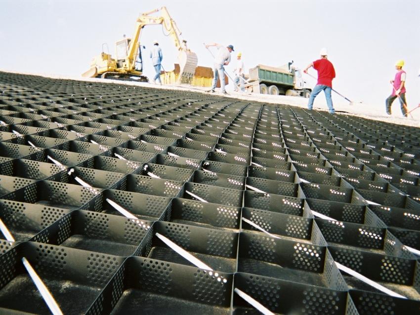 Для армирования асфальтобетонной площадки, предназначеной для стоянки грузового транспорта, возможно использовать несколько видов георешеток