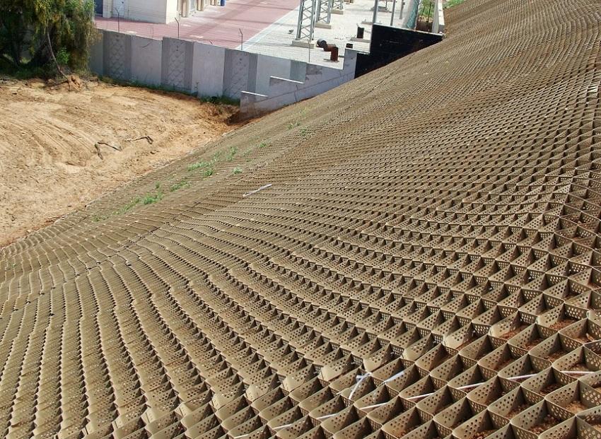 Установленная на склонах георешетка укрепляет и стабилизирует грунт, предотвращает движение почвы вниз