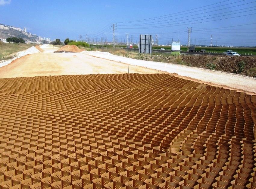 При выборе геоматериала необходимо учитывать несколько факторов: угол уклона основания, тип грунта, особенности объекта армирования