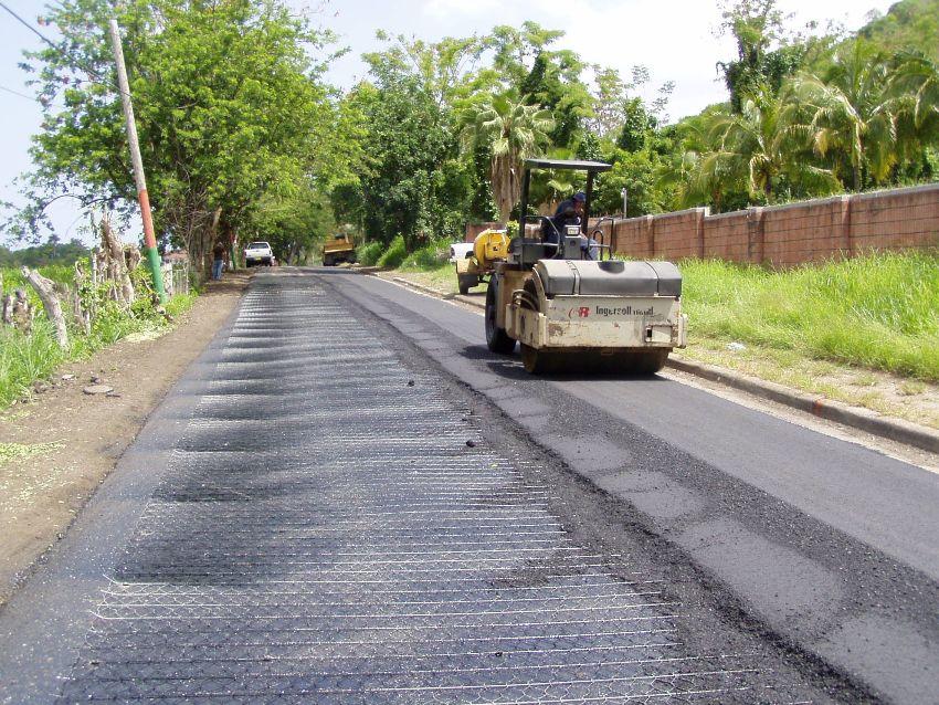 Надежное укрепление дорог можно провести с помощью прочного стабильного слоя, который состоит из георешетки