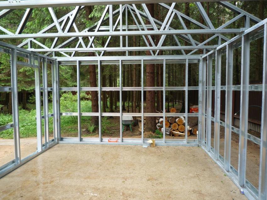 Каркас для гаража может быть сооружен из разных материалов, но чаще всего используют деревянный брус и металлический профиль