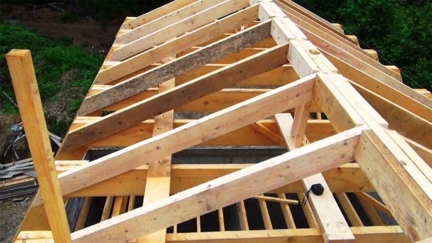 Обрешетка выполненная из досок имеет очень важную функцию, являясь опорой для настила крыши