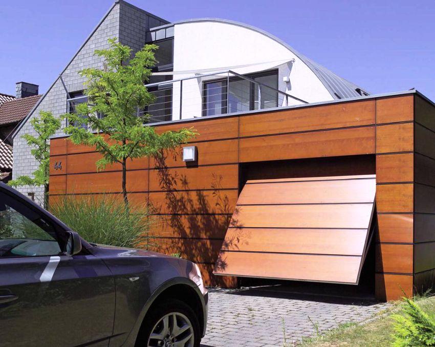 В открытом положении ворота расположены горизонтально под потолком, не мешают и не занимают пространство перед гаражом