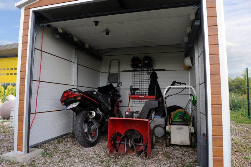Возводить каркасный гараж можно и в холодную, и в теплую пору года, потому что все конструкции соединяются между собой при помощи крепежных болтов и саморезов