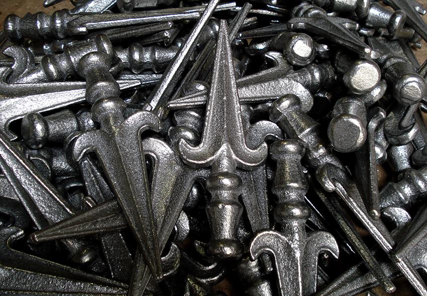 Если сделать целиком ворота своими руками проблематично, то можно изготовить некоторые элементы