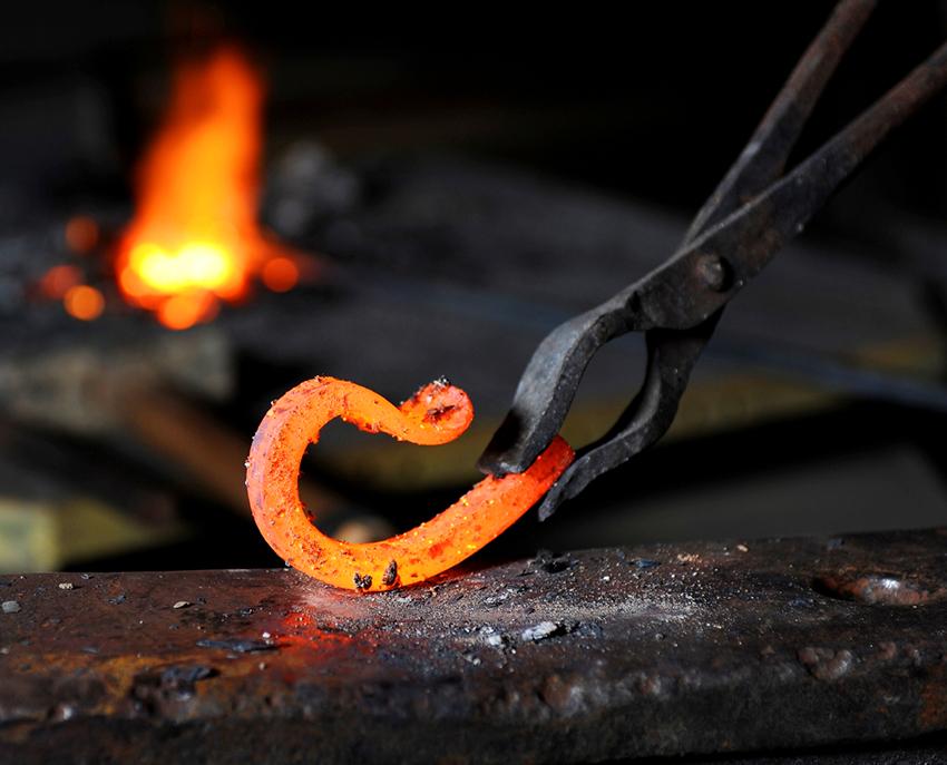Для выполнения горячей ковки понадобятся профессиональные инструменты