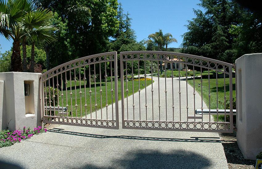 Кованые ворота возможно изготовить в любом стиле, который требуется заказчику