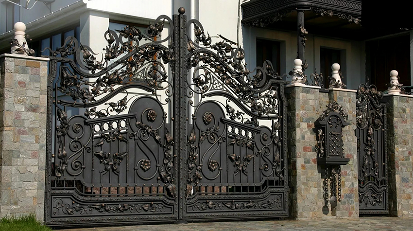 Кованые ворота в готическом стиле смотрятся стильно и необычно