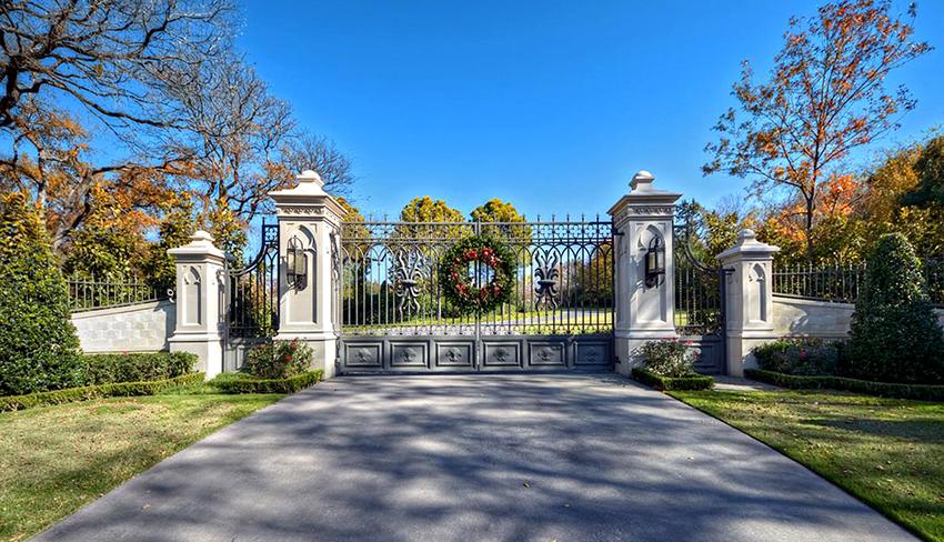 Ворота, выполненные в классическом стиле, не теряют своей актуальности
