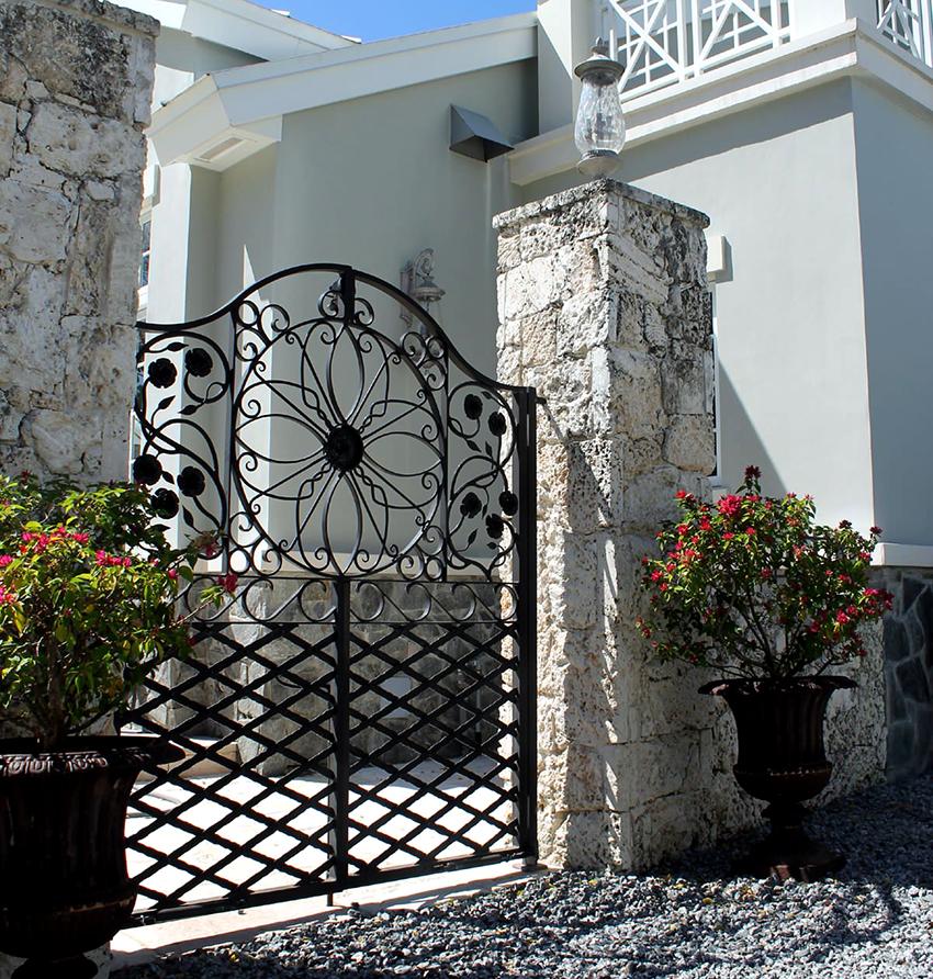 Кованые ворота по своему предназначению делятся на разные типы