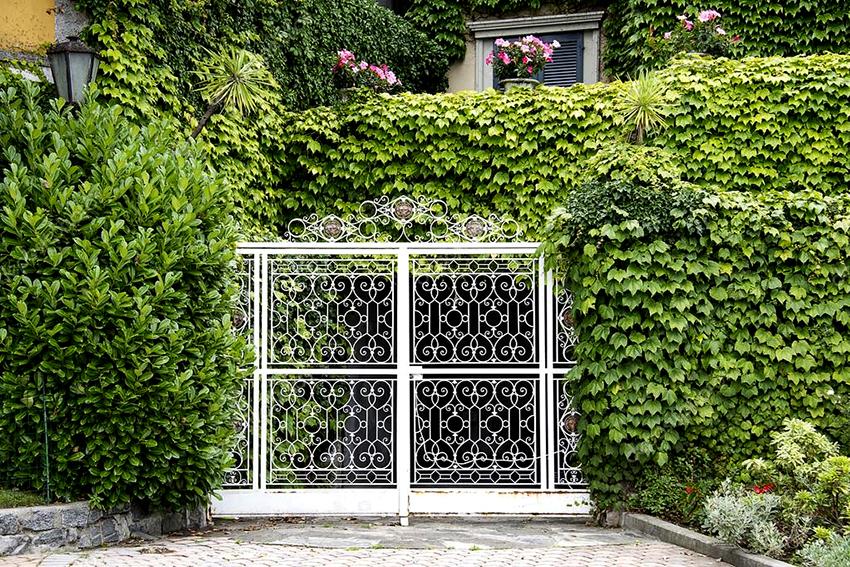 Одним из главных минусов кованых ворот является большой вес